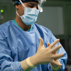 docteur meziane au bloc operatoire mains