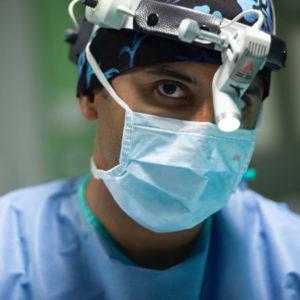 docteur meziane au bloc operatoire regard